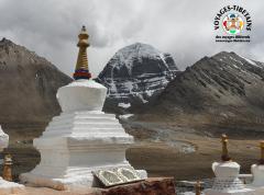 Le mont Kailash se dresse face au monastère de Dirapuk