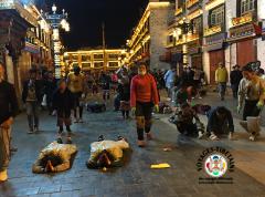 Prosternations sur le Barkor à Lhasa, jusque tard dans la soirée...