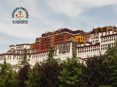 Le Potala, demeure des Dalaï Lama, se dresse majestueusement dans le ciel de Lhasa