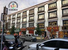 Une des rues principales du centre de Lhasa
