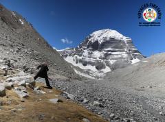 L'oie tibétaine qui boit de l'eau.. premier mouvement du Lu Jong... ici réalisé à 5200 m d'altitude au pied du mont Kailash...