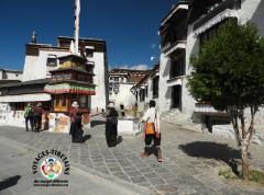 Pélerins finissant leur kora matinale au monastère de Tashilungpo à Shigatse