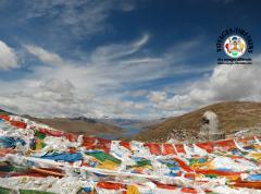 Vue sur le lac Yamdrok, l'un des 3 lacs les plus sacrés du Tibet, depuis le col