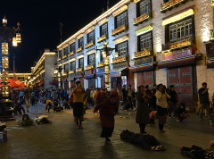 Les pélerins se rassemblent tous les soirs pour effectuer les prosternations autour du Jokhang à Lhasa