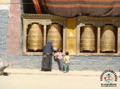 Grand-mère et petits-enfants sur la Kora autour du monastère de Sakya