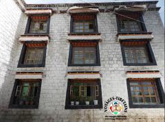 Une façade au monastère de Sera