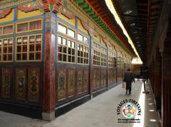 Dans le monastère de Sera
